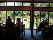 窓の向こうは日本庭園
